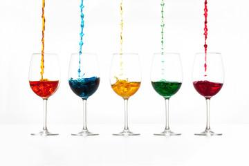 Weingläser mit Farben