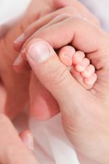 Kontrast Daumen Babyfüsschen