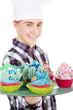 Junger Mann liefert für Geburtstag Cupcakes