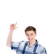 Junger Mann zeigt auf leeres transparentes Display
