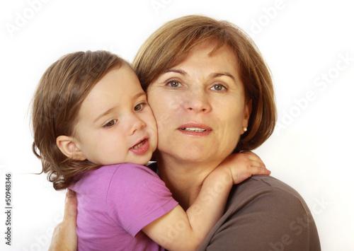 Eine Oma drückt ihre Enkeltochter