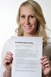junge Frau mit Ausbildungsvertrag