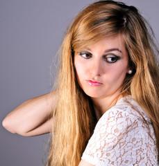Porträt junge Frau mit nachdenklichem Blick aus braunen Augen