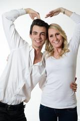 Frau und Mann formen Herz mit den Händen