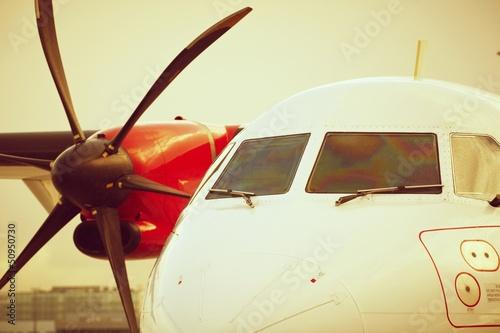Samolot stoi na lotnisku - światło słońca