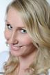 Lächelnde hübsche blonde Frau