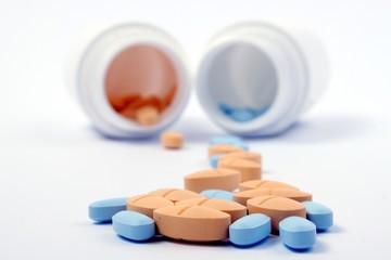 Tabeltten auf Haufen dahinter Pillendosen