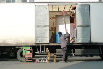 Homme en train de déménager