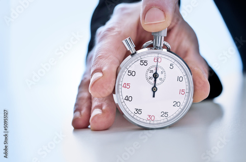 Main tenant un chronographe - 50955127