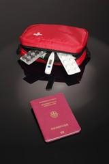 Reiseapotheke mit Reisepass