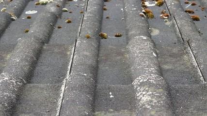 Schnee fällt auf ein altes Dach