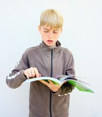 lecture d'enfant blond,déchiffrer