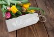 Willkommen-Schild auf Holz mit Blumen I