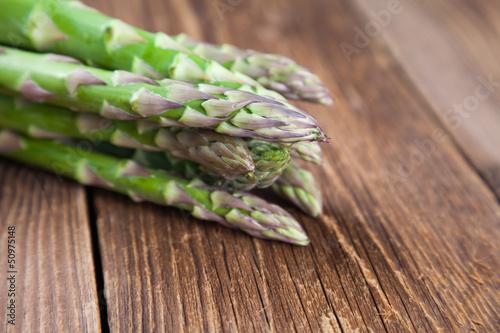 Grüner Spargel auf Holz II