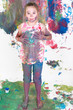 Mädchen spielt mit Farben