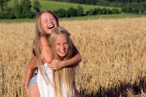 Huckepack im Getreidefeld 2 Mädels