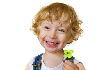Kind hält ein vierblättriges Kleeblatt mit Marienkäfer