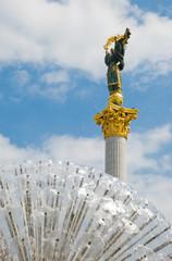 Монумент  в Киеве рядом с фонтаном.Крещатик