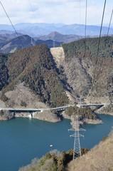 宮ヶ瀬湖を渡る送電線