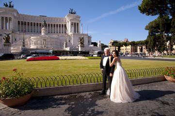 Vermähltes Paar vor Viktor Emanuel Denkmal in Rom