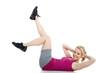 Junge Frau macht am Rücken Sport
