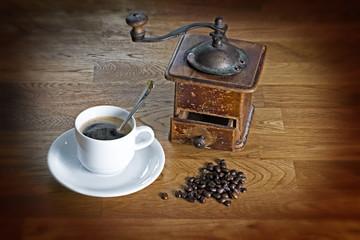 Tasse Kaffee mit Kaffeemühle
