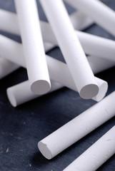 gessetti bianchi sulla lavagna