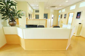 Empfangstresen mit Büro-Türen im Hintergrund