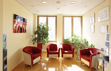 Vier Sessel Wartebereich mit Wasserspender und Kaffeemaschine