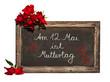 Kreidetafel, rote Rosen, Schrift, Am 12. Mai ist Muttertag