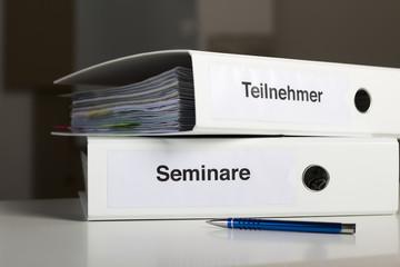 Seminarordner und Seminatteilnehmer