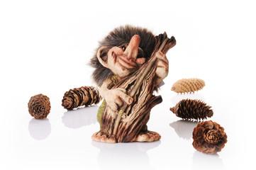 Norweski troll grający na kontrabasie z szyszkami