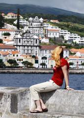 Junge Frau am pier der Marina von Horta (Faial Island, Azoren)