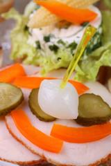 Leckeres Partyhäppchen mit Putenbrust und Mixed Pickles