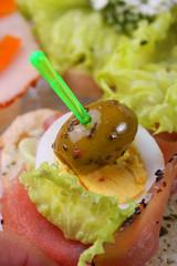 Häppchen mit Lachsschinken, Ei und Olive - Kaltes Buffet
