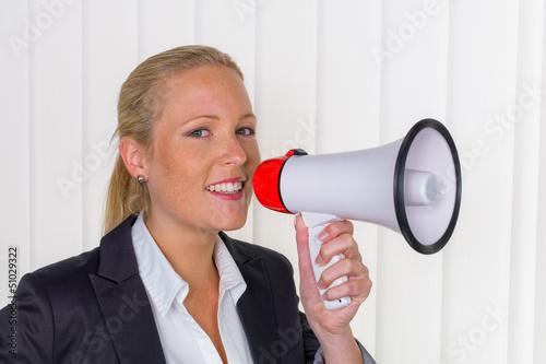 Geschäftsfrau mit Megaphon