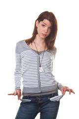 Pleite, junge Frau zeigt ihre leeren Taschen