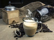 Stilleben Milchkaffe mit Zutaten und Gerätschaften