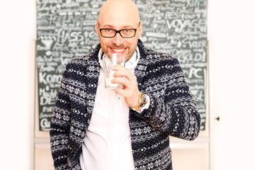 Mann mit Glas vor Tafel