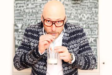 Mann trinkt vor Tafel