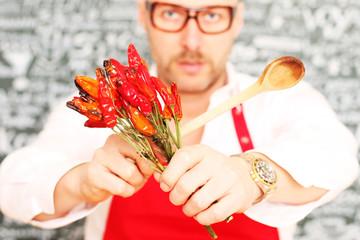mann mit chili und löffel