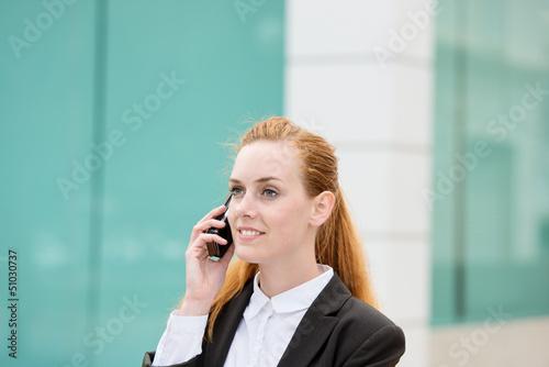 frau telefoniert mit ihrem handy