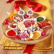 bunter teller mit nostalgie süßigkeiten