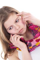 Junge Frau telefoniert traurig, schlechte Nachrichten