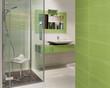 Bagno verde con doccia spaziosa e lavandino