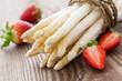 weisser Spargel und Erdbeeren - 51047151