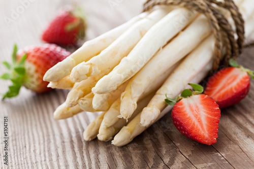 canvas print picture weisser Spargel und Erdbeeren