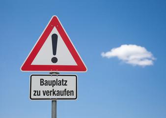 Achtung Schild mit Wolke BAUPLATZ ZU VERKAUFEN
