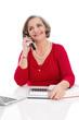 Ältere grauhaarige Dame telefoniert - Rot und isoliert