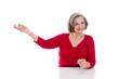 Ältere Dame in Rot macht Werbung